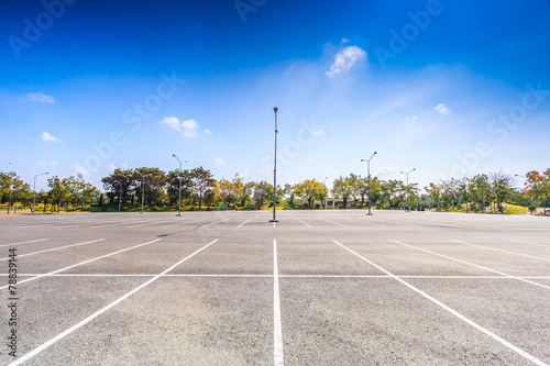 Tuinposter Openbaar geb. Empty parking lot