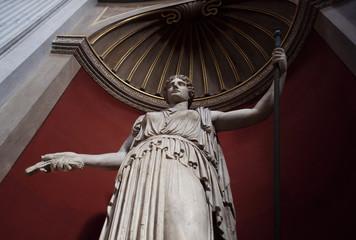statua di marmo, statua con sfondo rosso