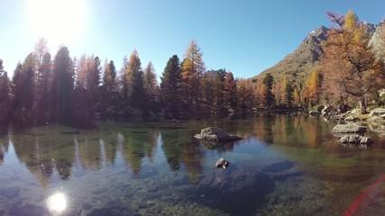 laghetto alpino in autunno