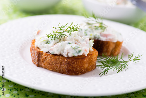 Papiers peints Entree, salade Canape with soft cheese spread on white plate