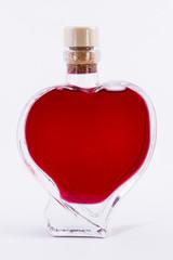 Botella de licor de mora en forma de corazón.