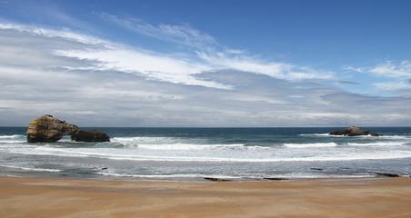 Vagues sur la plage de Biarritz et ciel bleu