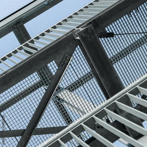 Leinwandbild Motiv Vergitterter Himmel, Stahlbau, Gitterroste