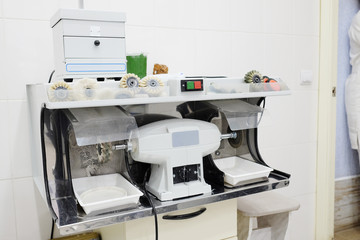 Dental equipment for polishing a prosthesis