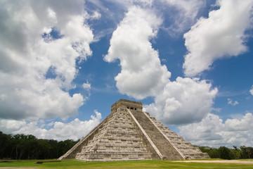 Chichen itza pyramid in a blue sky day