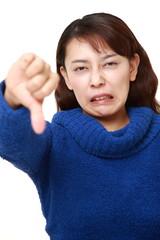猛反発する女性