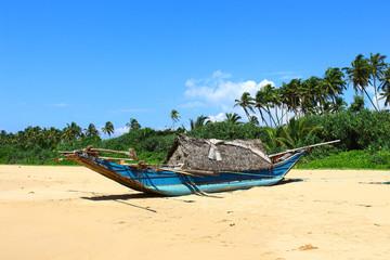Рыболовецкая лодка на пляже Бентота, Шри-Ланка