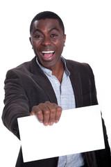 Afroamerikanischer Geschäftsmann zeigt jubelnd leere Karte