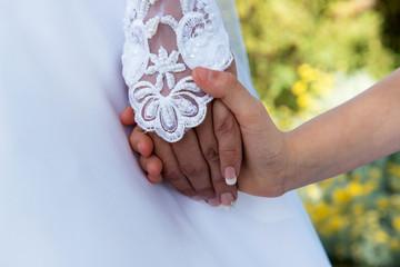 Mariée tenir enfant par la main