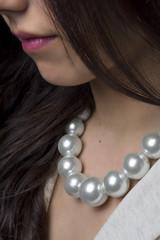 Chica con collar de perlas