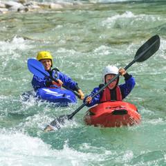 zwei Jungs haben Spass im Wildwasser