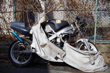 放置された廃バイク