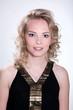 Junge blonde Frau im Portrait gut geschminkt
