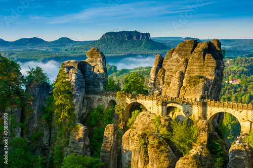 In de dag Heuvel Bridge named Bastei in Saxon Switzerland, river Elbe,
