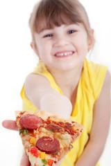 Junges Mädchen überreicht ein Stück Salami Pizza