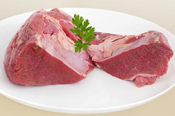 Morceau de Viande de boeuf cru sur plat