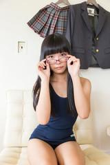 メガネを掛けた水着の女性