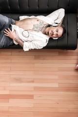 Tättowierter Mann auf dem Sofa