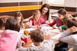 Leinwanddruck Bild - Children in elementary school on the workshop with their teacher
