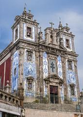 Azulezhu tiles on the facade of the church of St. Ildefonso .