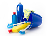 Putzeimer mit Reinigungsutensilien und Putzmitteln