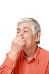 異臭に悩まされる高齢者