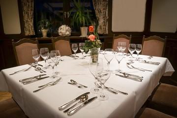 Abendessen - eingedeckter Tisch im Gastronomiebetreib