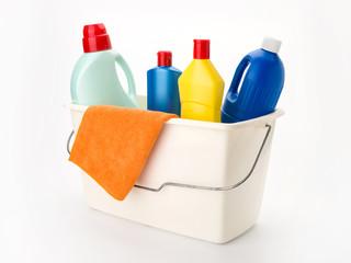 Putzeimer mit Reinigerflaschen und Putztuch