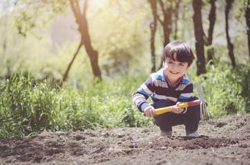 niño en el huerto
