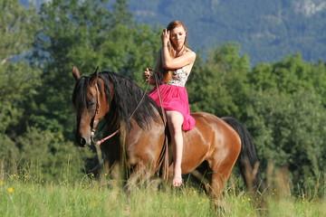 Reiterin auf Westernpferd - nachdenklich