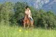 Cowgirl mit Pferd in Blumenwiese - 78916319