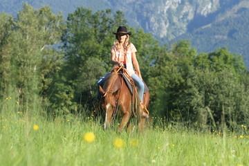 Cowgirl mit Pferd in Blumenwiese