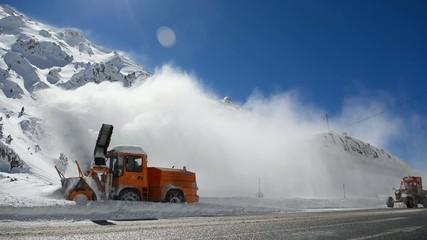 zirvede karlı yolları trafiğe açma çalışmaları