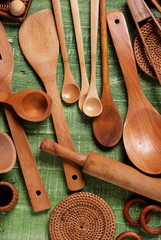 utensili da cucina in legno sulla tavola verde
