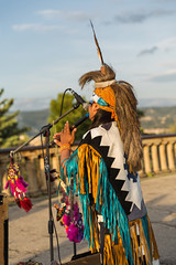 Hombre vestido de indio tocando la flauta 2.