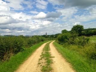 Chemin de campagne vers l'église