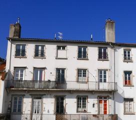 Façade d'immeuble blanche sur ciel bleu