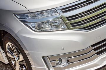 ミニバンのヘッドライト Headlight of the minivan