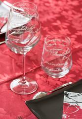 Service de table - assiette grise, verre, nappe rouge