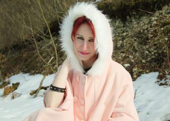 Giovane donna con mantellina invernale
