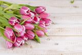 Rosa Tulpenstrauß auf Holzbrett - 78949970