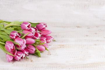 Rosa Tulpenstrauß auf Holzbrett
