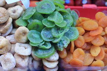 esposizione di frutta al mercato