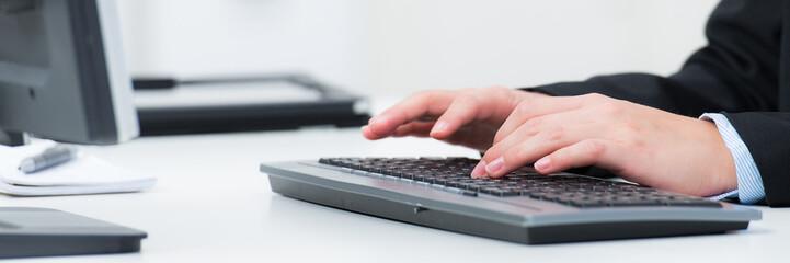 sekretärin schreibt auf der tastatur