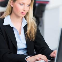 businessfrau arbeitet erfolgreich am pc