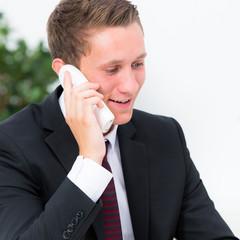businessmann führt geschäftliches telefonat