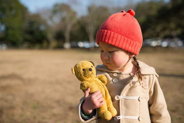 クマの縫い包みと少女