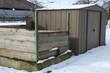 Gartenhütte und Kompost im Schnee