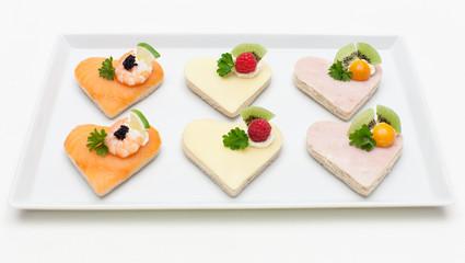 Canapé-Platte mit Lachs, Schinken und Käse