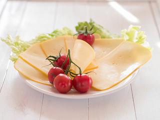 Käsescheiben auf einem Teller angerichtet
